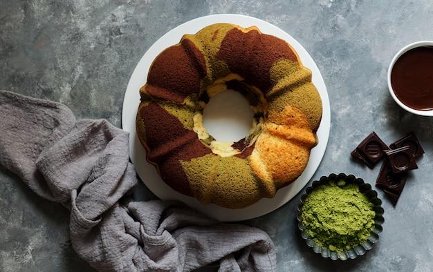 Matcha grüner tee und schokoladenkuchen.