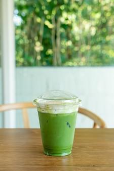 Matcha-grüntee-frischkäse in der tasse zum mitnehmen