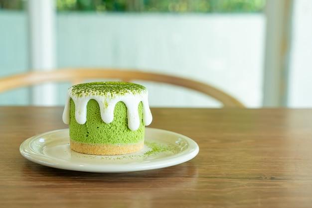 Matcha-grüntee-käsekuchen auf tisch im café-restaurant