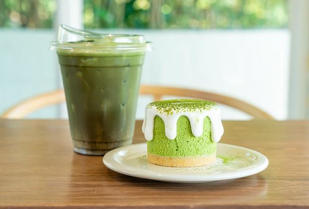 Matcha-grüntee-käsekuchen mit grüntee-tasse auf dem tisch im café-restaurant