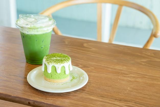 Matcha-grüntee-käsekuchen mit grüntee-tasse auf dem tisch im café-restaurant?