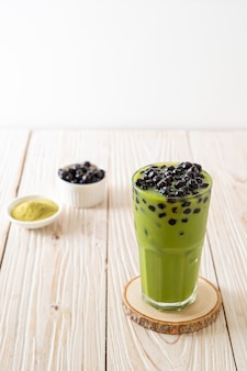Matcha grüntee latte mit blase