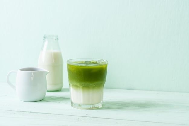 Matcha-grüntee-latte mit milch