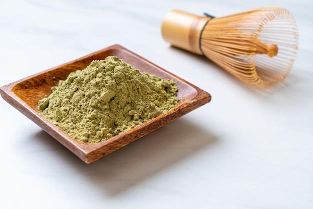 Matcha grüntee pulver mit schneebesen