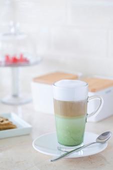 Matcha layer kaffee auf dem tisch