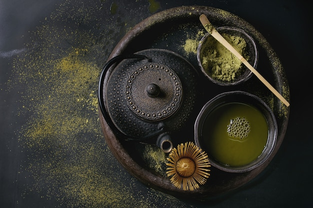Matcha-pulver und getränk aus grünem tee