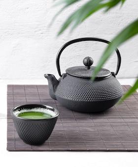 Matcha-tee auf hellem hintergrund teezeremonie. traditionelles japanisches getränk.