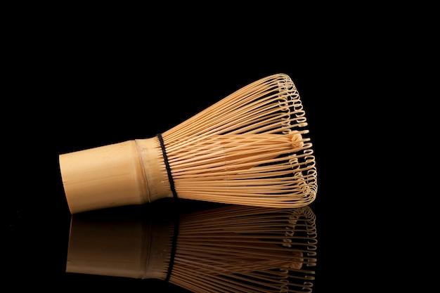 Matcha tee zubehör. bambus-tee-schneebesen (chasen) zum schlagen von tee.