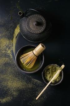 Matchapulver und -getränk des grünen tees