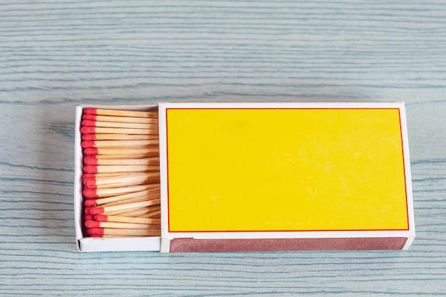 Matchstick auf farbholztabelle.