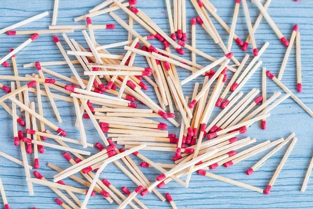 Matchstick aus streichholzschachtel auf farbholztabelle.