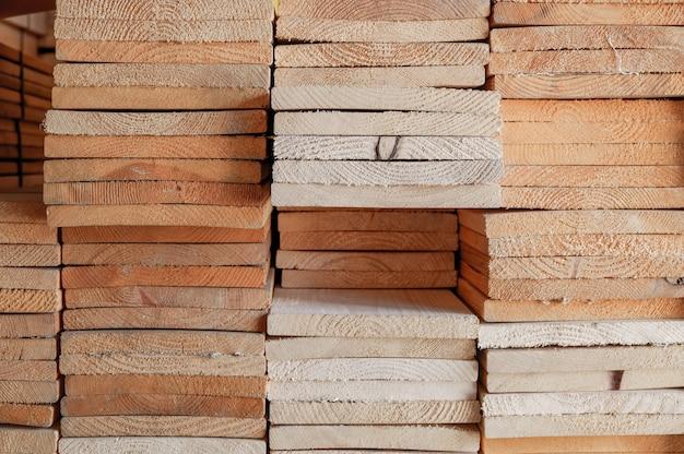 Material der industrieholzverarbeitung (chamcha holz) im lager für gebrauch auf bau und stellen möbel für dekorhaus und -büro her
