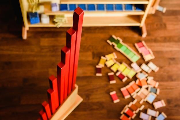 Material für montessori-stil schulen von farben und mathematik.