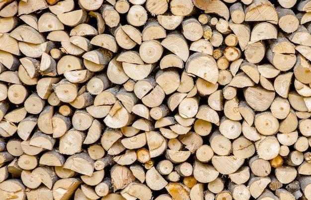 Material zum heizen des hauses. vorbereitung des brennholzes für den winter. hintergrund von brennholz. ein haufen brennholz.