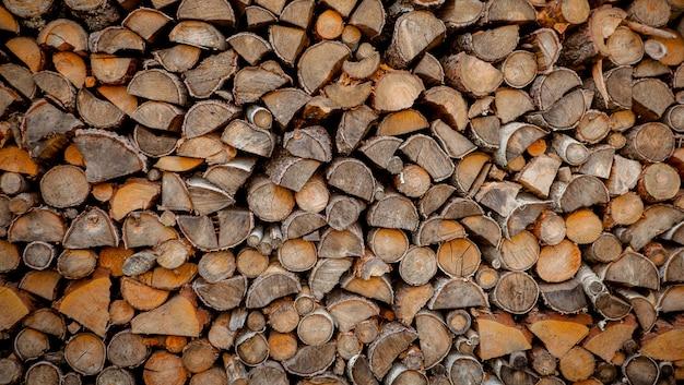 Material zum heizen des hauses. vorbereitung des brennholzes für den winter.