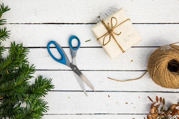 Materialien für verpacktes geschenk