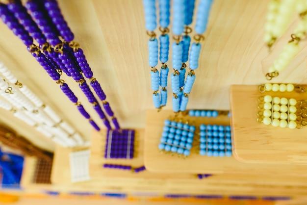 Materialien in einem klassenzimmer für schüler der alternativen montessori-pädagogik.