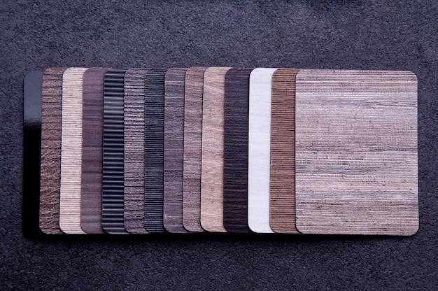 Materialkonzept aus laminatfurnier, parkettsperrholz und vinylboden.