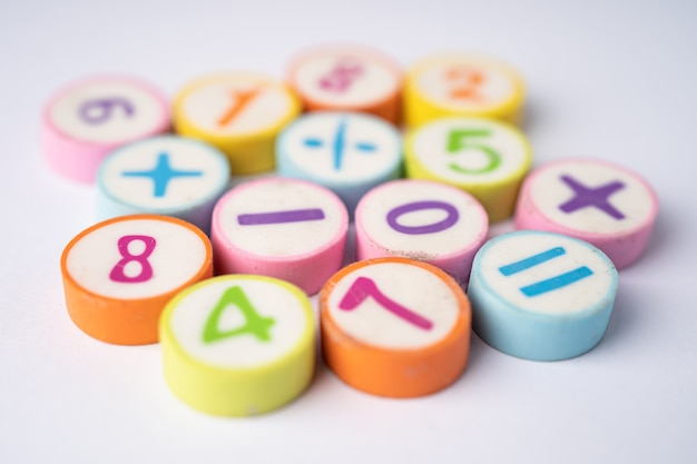 Mathe-zahl bunt, bildung studieren mathematik lernen lehren konzept.