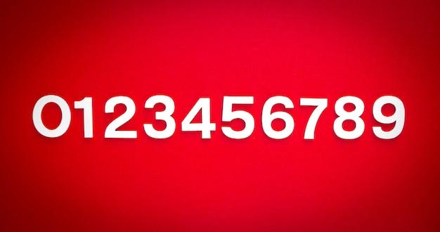 Mathematikhintergrund mit durchgehenden zahlen von 1 bis 9 auf einer roten tafel