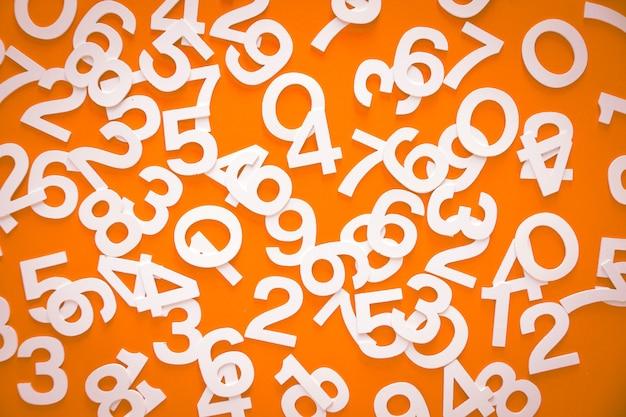 Mathematikhintergrund mit soliden zahlen auf einem brett. isoliert auf orange