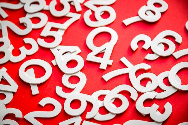 Mathematikhintergrund mit soliden zahlen auf einem brett. isoliert auf rot