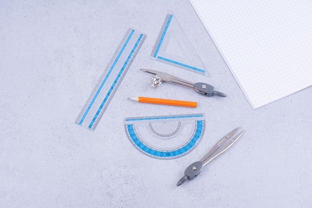 Mathematikkonzept mit einem stück kariertem papier und werkzeugen