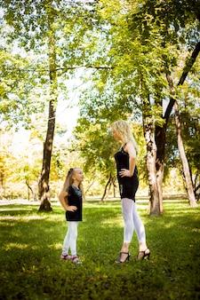 Mather und ihre tochter im park.