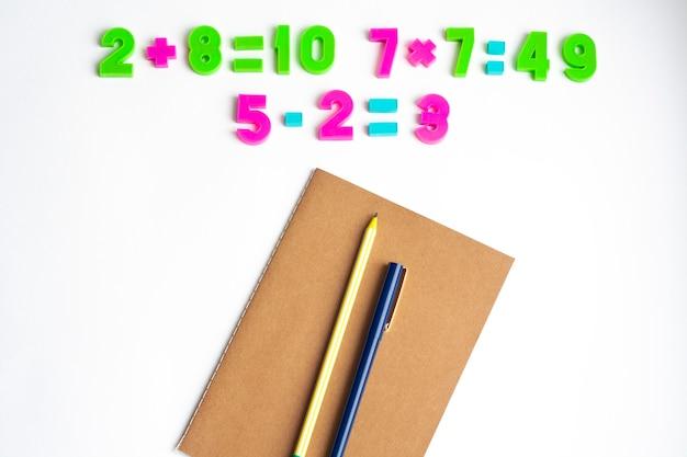 Matheübungen, notizbuch, stift und bleistift, draufsicht