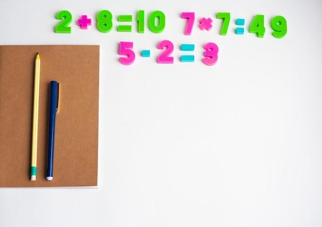 Matheübungen, notizbuch, stift und bleistift, kopierraum
