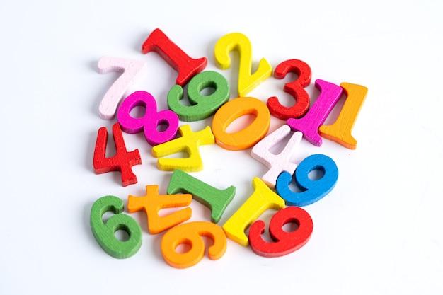 Mathezahl bunt auf weißem hintergrund, bildung studieren mathematik lernen lehren konzept.