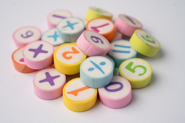 Mathezahl bunt auf weißem tisch, bildung studieren mathematik lernen lehren konzept.