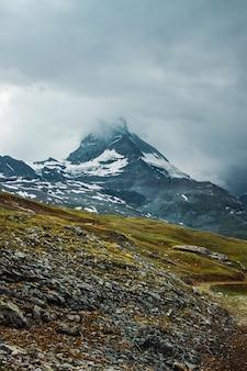 Matterhorn in wolken ountain pfad grassteine zermatt schweizer alpen abenteuer in der schweiz