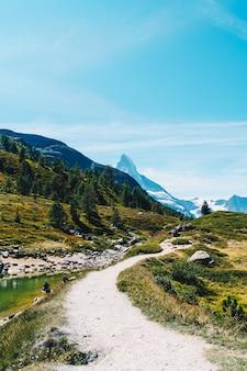 Matterhorn mit grunsee in zermatt