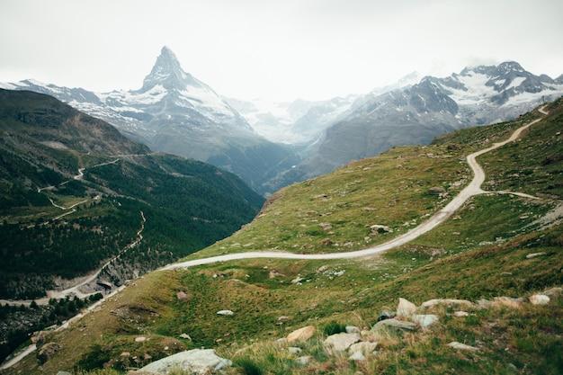 Matterhornberg mit weißem schnee und blauem himmel in der stadt zermatt in der schweiz
