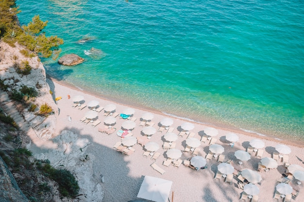 Mattinata faraglioni stapel und strandküste von mergoli, vieste gargano, apulien, italien.