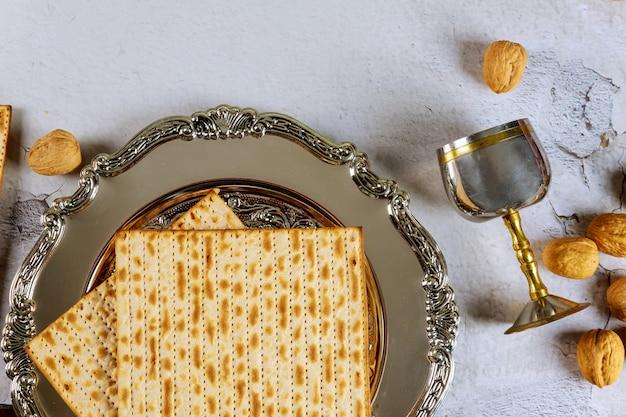 Matzah-brot auf seder-teller mit kiddusch. jüdisches passahfestkonzept.