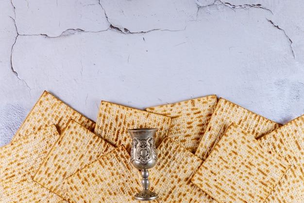 Matzah-brot mit kiddusch. jüdisches passahfestkonzept.