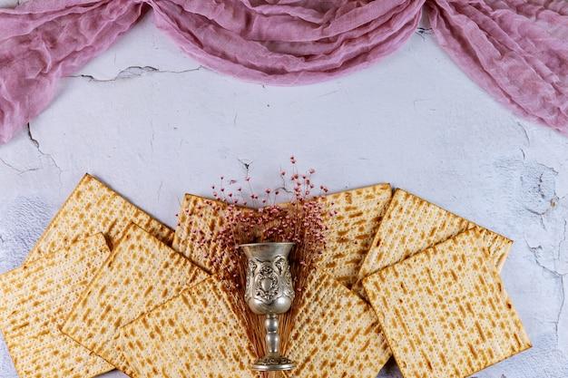 Matzah-brot mit kiddusch und blumen. jüdisches passahfestkonzept.