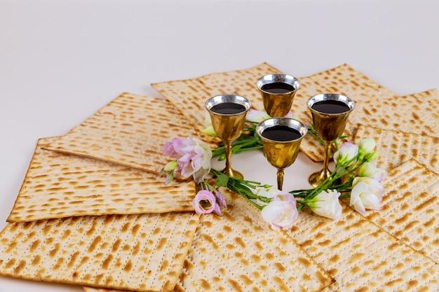 Matzah und vier tassen voll wein jüdischen feiertagskonzept.