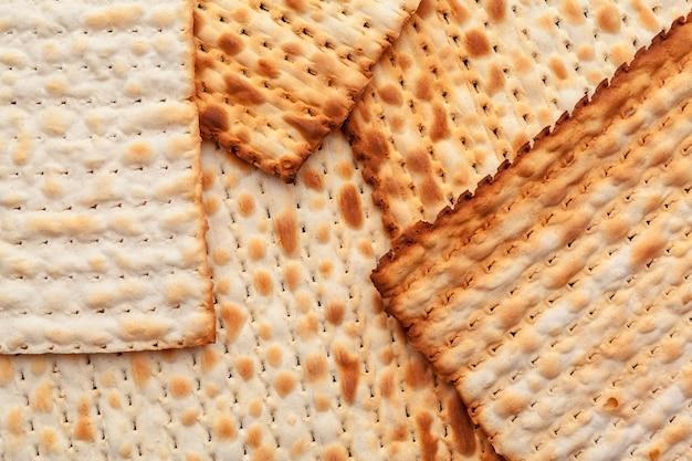 Matzo fladenbrot für jüdische hochfeiertage auf dem tisch