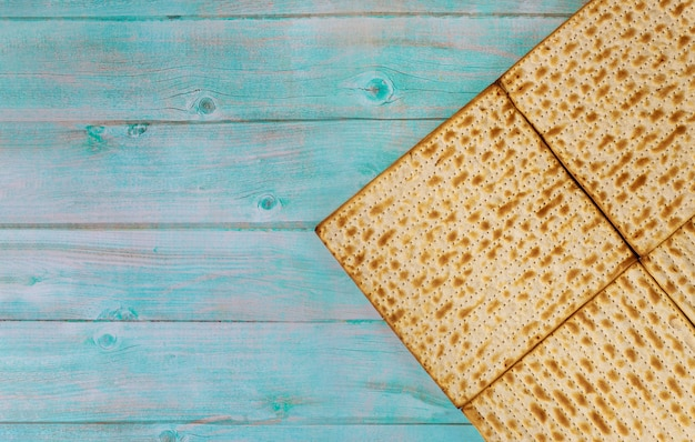 Matzoh jüdisches feiertagsbrot jüdische familie, die passah feiert