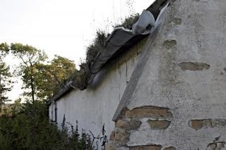 Mauer und einen kaputten dachrinne, ziegel