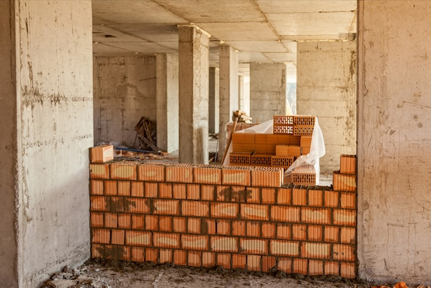 Mauern von wänden in einem hochhaus innen- und außenmauerwerk i