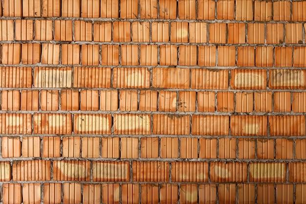 Mauern von wänden in einem hochhaus innen- und außenmauerwerk