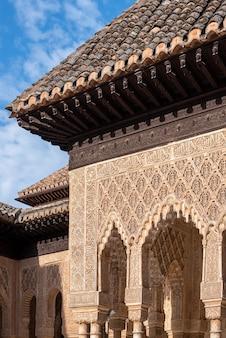 Maurische bögen im hof der löwen in der alhambra, granada, spanien
