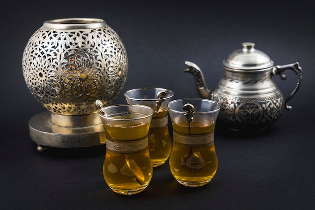 Maurischer tee in türkischen tassen und gläsern