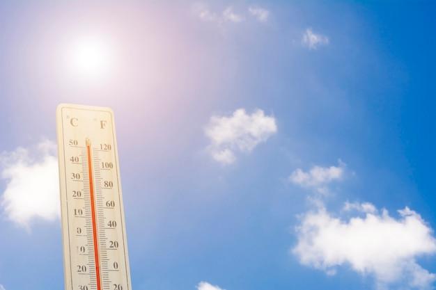 Maximale temperatur - thermometer auf der sommerhitze