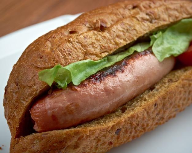 Maxwell street polish - american sandwich, besteht aus gegrillter polnischer wurst