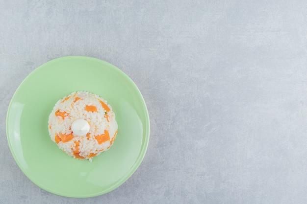 Mayonnaise auf dem reis in der platte, auf dem marmorhintergrund.